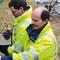 Prüfung der Fernwärme-Freileitungen am Ufer der Wupper: Mängel werden via Tablet-PC digital dokumentiert.