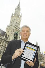Münchens Wirtschaftsreferent Dieter Reiter hat als Erster das kostenlose M-WLAN auf dem Marienplatz getestet.