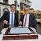 Grund zum Feiern: Klaus Eder (l.) und Alfred Müllner, Geschäftsführer des Stadtwerks am See, schneiden die Geburtstagstorte an.