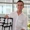 Stadtwerke-Servicemitarbeiter Kenny Raab: Die Stadtwerke Energie Jena-Pößneck bieten ihren Kunden einen Koffer mit Energiesparlampen zum Testen an.
