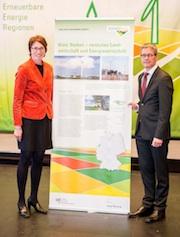 Umweltdezernent Hubert Grothues und Klimaschutzbeauftragte Edith Gülker (beide Kreis Borken) nahmen in Kassel die Auszeichnung 100ee-Region entgegen.