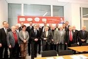 Bürgermeister und Stadträte aus den acht neuen Kommunen feiern die Erweiterung des Einzugsbereichs der Behördennummer 115.