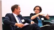 Célia Blauel, stellvertretende Bürgermeisterin von Paris und Heidelbergs Oberbürgermeister Eckart Würzner sprechen über die Klimaschutz-Weltkonferenz COP 21 im Dezember 2015 in Paris.