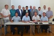Die Oberbürgermeister und Bürgermeister des Main-Tauber-Kreises sowie Landrat Reinhard Frank unterzeichnen die interkommunale Vereinbarung zur Breitband-Erschließung ihrer Kommune.