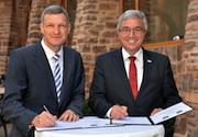 Der saarländische Finanzminister Stephan Toscani (l.) und der rheinland-pfälzische Innenminister Roger Lewentz bei der Unterzeichnung des Kooperationsvertrages zur IT-Sicherheit.