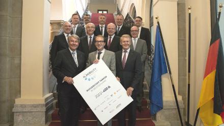 Verkehrsminister Alexander Dobrindt (CSU) und Vertreter des Joint Ventures H2 MOBILITY Deutschland planen ein deutschlandweites Wasserstofftankstellennetz.