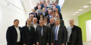 Vertreter der Stadtwerke Marburg, von EnergieNetz Mitte sowie der zehn Kommunen, der Energie Marburg-Biedenkopf und des Landkreises haben sich nach der Vertragsunterzeichnung versammelt.