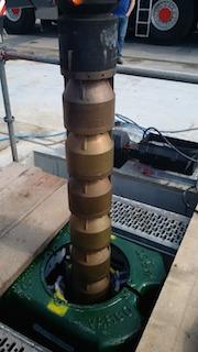 Stück für Stück wurde die Förderpumpe in das Bohrloch der Förderbohrung in der Geothermieanlage Freiham eingelassen.