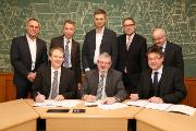 Die Partner unterzeichnen den Konzessionsvertrag.