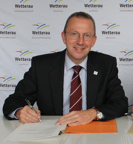 Landrat Joachim Arnold gibt den Infoma Rechnungsworkflow im Wetteraukreis frei.