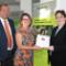 Die hessische Umweltministerin Priska Hinz (Bündnis 90/Die Grünen) übergibt den Förderbescheid an die Forscher des Fraunhofer IWES.