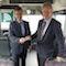 MIT.BUS-Geschäftsführer Mathias Carl (links) und IPmotion-Geschäftsführer Florian Kempf (rechts) stellen die neue Technik für das WLAN in Gießener Stadtbussen vor.