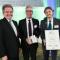 Umweltminister Franz Untersteller (Bündnis 90/Die Grünen) überreicht den Preis an Karl Roth und Markus Schleyer in Stuttgart.
