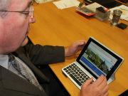 Landrat Franz Löffler zeigt, dass landkreis-cham.de auch auf dem Tablet gut funktioniert.