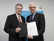 Nordrhein-Westfalens Wirtschaftsminister Garrelt Duin (links) überreicht Frank Helmer von der citeq den Zuwendungsbescheid des Landes Nordrhein-Westfalen.