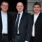 Bürgermeister Remco van der Velden gratuliert den beiden Geschäftsführern der Stadtwerke Geseke GmbH.
