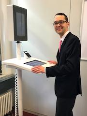 Frankfurt am Main: Dezernent Jan Schneider stellt das neue Selbstbedienungsterminal im Bürgeramt vor.