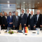 Niedersachsens Wirtschaftsminister Olaf Lies (Bildmitte), Vertreter von EWE und japanische Partner unterzeichneten die Verträge für den Hybridspeicher in Varel.