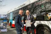 Nach Erhalt der Studie geht es für Torsten Albig mit dem Brennstoffzellenbus vom Hauptsitz von GP JOULE in Reußenköge zur Messe New Energy nach Husum.