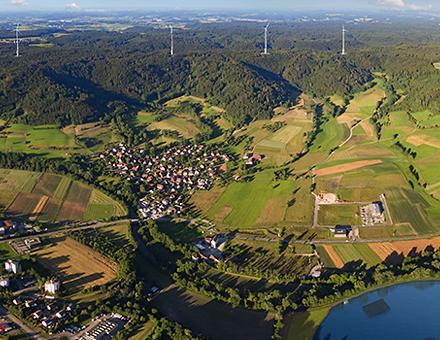Der Naturstromspeicher in Gaildorf kombiniert einen Windpark mit einem Pumpspeicherkraftwerk.