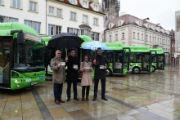 Startschuss bei Regen: Regensburger Elektrobusflotte fährt emissionsfrei durch die Altstadt.