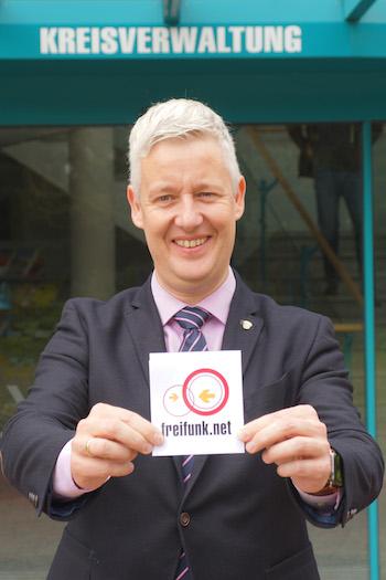 Landrat Matthias Groote kann Besuchern der Kommune nun dank der Freifunk-Initiative einen kostenlosen Internet-Zugang anbieten.
