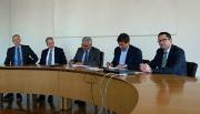 Stadt- und FUG-Vertreter unterzeichnen den Konzessionsvertrag für Fernwärme.