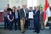 Übergabe des i-Kfz-Berechtigungszertifikats: Der Kreis Elbe-Elster übernimmt die internetbasierte Fahrzeugzulassung für 17 Kommunen.