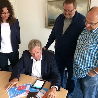 Neue Wege in der direkten Kommunikation: Oberbürgermeister Ulrich Getsch testet die Bürgerinformations- und Warn-App BIWAPP.