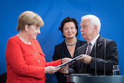 Der Vorsitzende des Normenkontrollrats Johannes Ludewig übergibt den Jahresbericht 2017 des NKR an Bundeskanzlerin Angela Merkel.