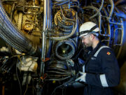Mit einem speziellen Endoskop untersuchen Techniker eine Gasturbine im GuD-Heizkraftwerk der Stadtwerke Münster.