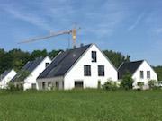 Im April 2017 wurde die erste der insgesamt 13 Wohneinheiten bezogen. Die übrigen Einfamilienhäuser werden in den kommenden Wochen und Monaten bezugsfertig und an ihre Eigentümer übergeben.