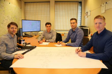 Mitarbeiter des Fachbereichs Netzstrategie planen die Umstellung der Energienetze am Mittelrhein.