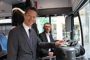 Schweinfurts Oberbürgermeister Sebastian Remelé hält seines neues eTicket schon in den Händen.