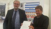 Energieminister Robert Habeck überreicht den Förderbescheid an Frank Günther, Geschäftsführer der Versorgungsbetriebe Bordesholm.