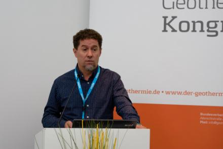 erdwärmeLIGA-Initiator und Laudator Rüdiger Grimm zeichnet Brandenburg für den stärksten Prokopfausbau von oberflächennahen Geothermieanlagen aus.