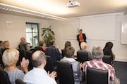 Regine Entmayr begrüßt die Teilnehmer zum Tag der offenen Tür 2017 bei GfOP.
