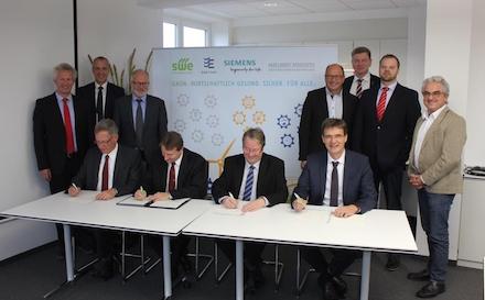 """Den """"Digital-Vertrag"""" signierten die Kooperationspartner klassisch mit Stift."""