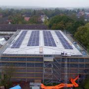Auf dem Dach der Sporthalle einer Gesamtschule hat die Stadt Osnabrück die erste eigene Photovoltaik-Anlage installiert.