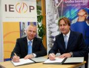 Helge-Uve Braun (l.), Technischer Geschäftsführer der SWM, und Helmut Mangold, Geschäftsführer IEP, unterzeichnen die Absichtserklärung.