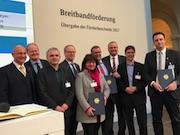 Staatssekretär Rainer Bomba vom Bundesministerium für Verkehr und digitale Infrastruktur übergab den Förderbescheid an die Kommunalvertreter des Kreises Steinfurt.
