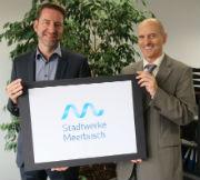 Geschäftsführer Albert Lopez (r.) und Vertriebschef Mario Sagner präsentieren das neue Logo der Stadtwerke Meerbusch.