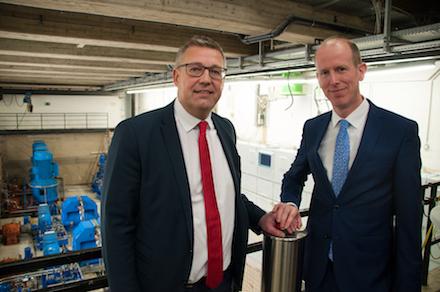 Dirk Waider (r.), Vorstand von Gelsenwasser, und Frank Thiel, Geschäftsführer der Stadtwerke Bochum, nehmen das modernisierte Wasserkraftwerk in Betrieb.