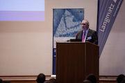 Stephan Wulf, Vorsitzender der Geschäftsführung von Langmatz, begrüßt über 400 Teilnehmer zum 7. Breitband-Symposium.
