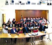 Räte der Stadt Geestland erscheinen mit Tablet zur Sitzung.