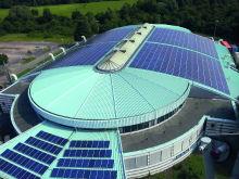Die Photovoltaikanlage auf der August-Schärttner-Halle in Hanau ist mit 406,5 Kilowatt Leistung die größte auf einem öffentlichen Gebäude im Main-Kinzig-Kreis.