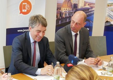 Oberbürgermeister Albrecht Schröter (l.) und Minister Wolfgang Tiefensee stellen Acht-Punkte-Strategie für die Smart City Jena vor.