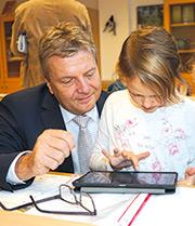 Zweitklässlerinnen zeigen Landrat Ulrich Krebs, wie sie mit Tablet lernen.