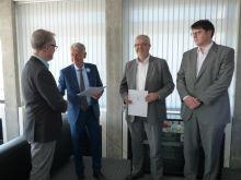 Kaiserslauterns OB überreicht Ernennungsurkunden an CUO und CDO.
