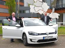 Landrat Dr. Ralf Niermann (rechts) und Frank Breitenfeld mit einem der neuen Elektroautos des Kreises Minden-Lübbecke.
